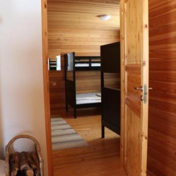 Ison mökin makuuhuone-Large cabin bed room